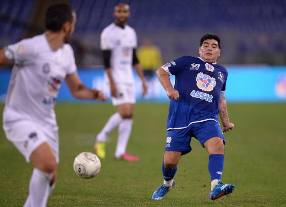 Maradona hizo levantar al público en varias ocasiones. (Foto: AFP)