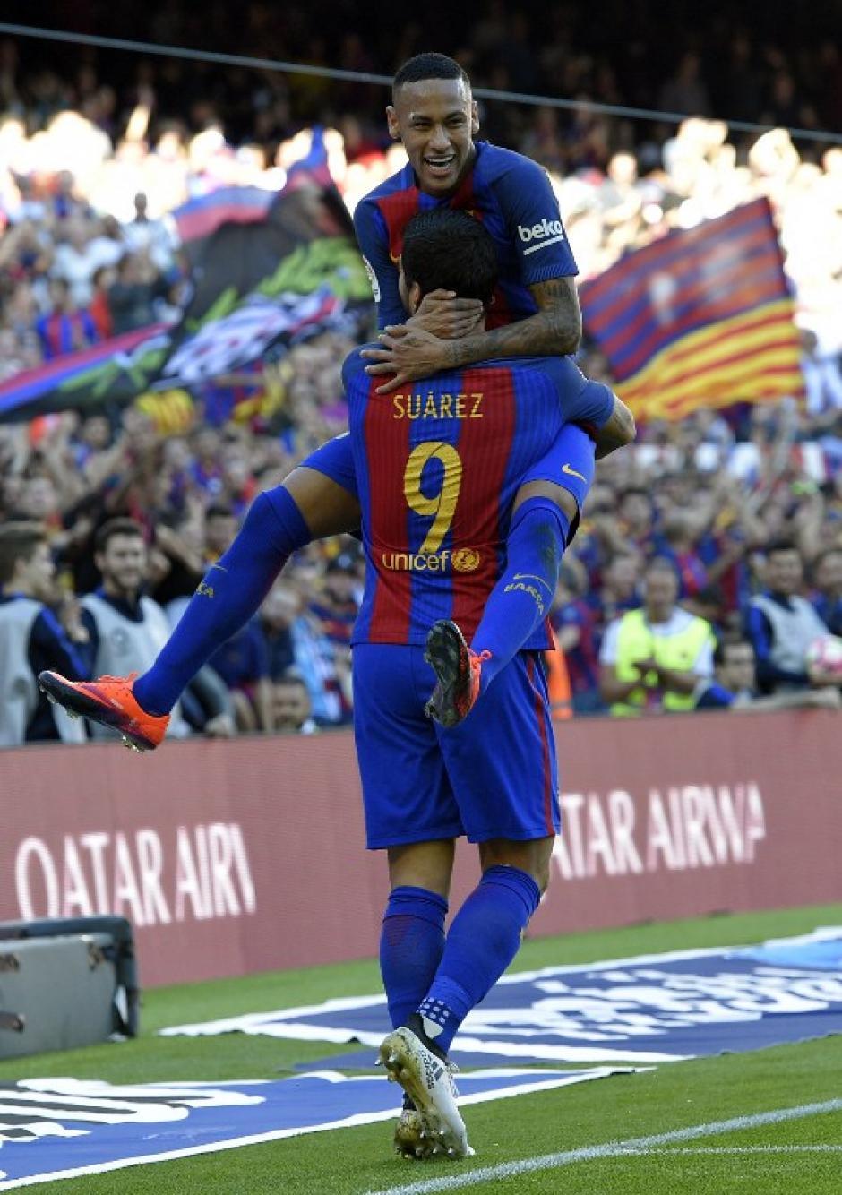Neymar celebra el gol con Lucho. (Foto: AFP)
