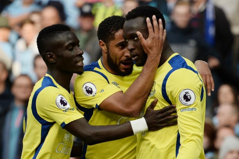 Romelu Lukaku celebra su gol contra Claudio Bravo. (Foto: AFP)