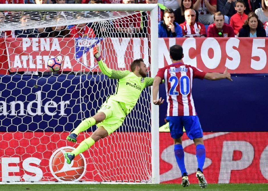 El arquero del Atleti voló, pero el golazo fue perfecto. (Foto: AFP)