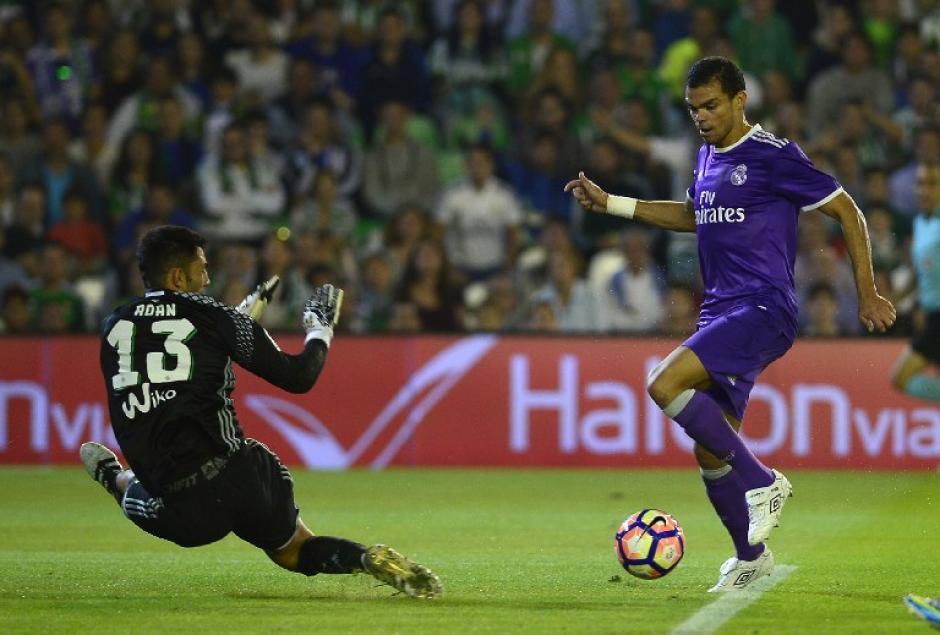 """Pepe se vistió de """"delantero"""" y asistió en uno de los goles del Madrid. (Foto: AFP)"""