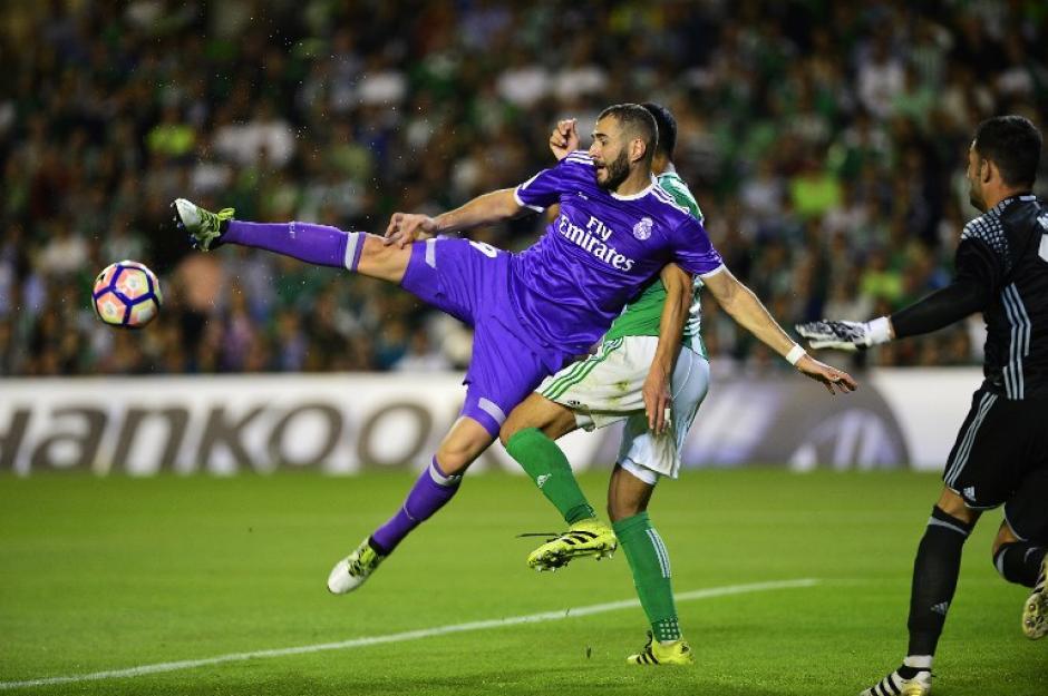 El francés Karim Benzema lo intentó de diferentes vías. (Foto: AFP)