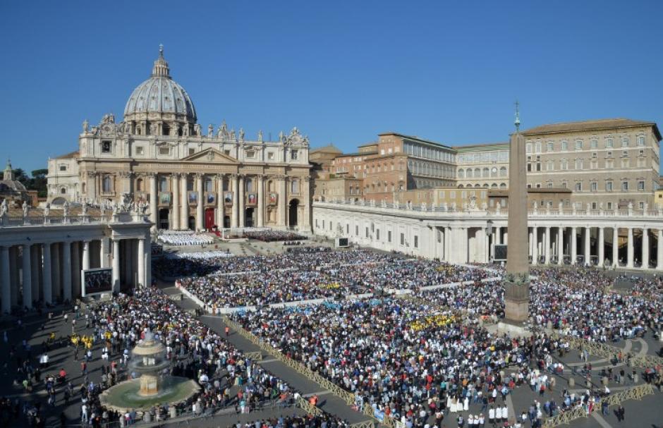 Una multitud de fieles asistieron a la ceremonia en la plaza de San Pedro en el Vaticano. (Foto: Andreas Solaro /AFP)