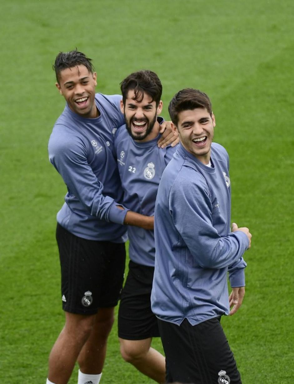 Morata, con Isco y Mariano en el entrenamiento. (Foto: AFP)