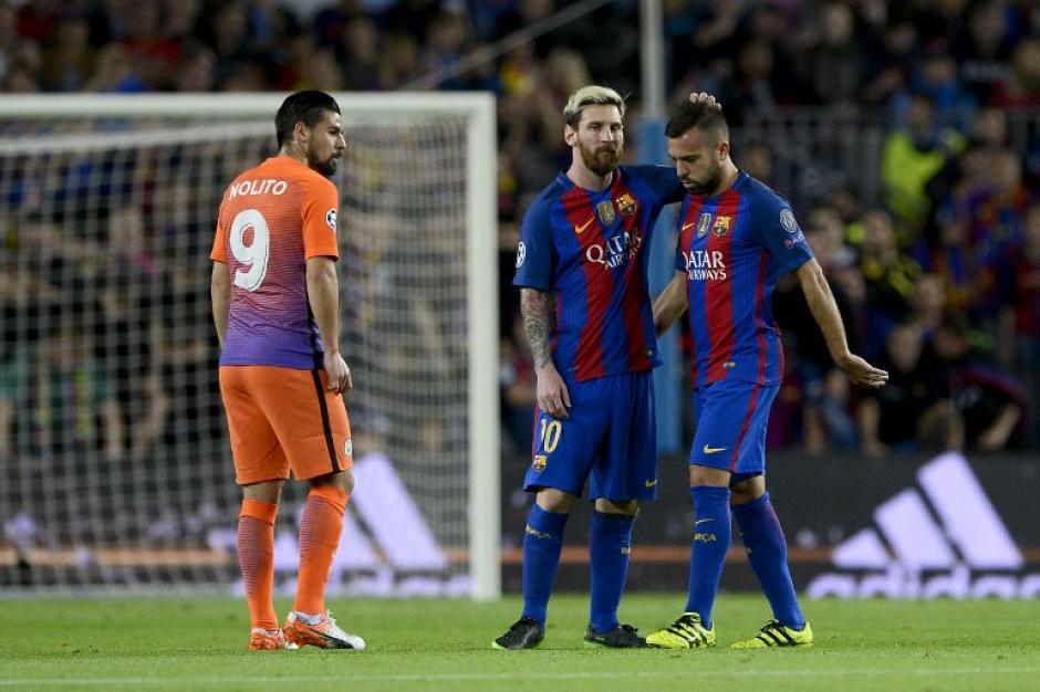Messi consolando a Alba después de la lesión. (Foto: AFP)