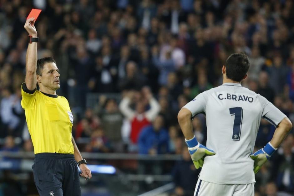 Claudio Bravo al momento de recibir la roja. (Foto: AFP)