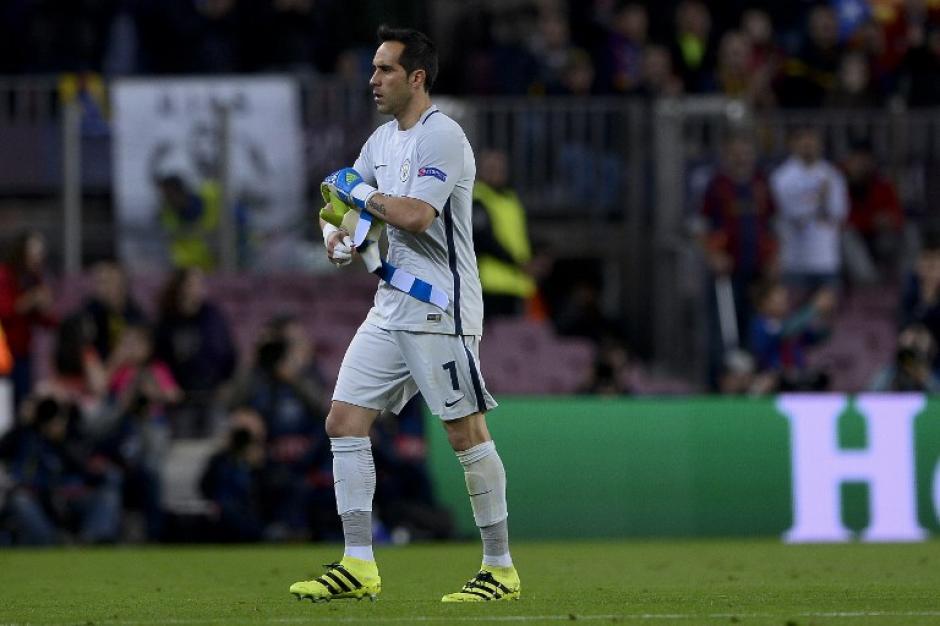 Claudio Bravo se fue expulsado al minuto 53. (Foto: AFP)