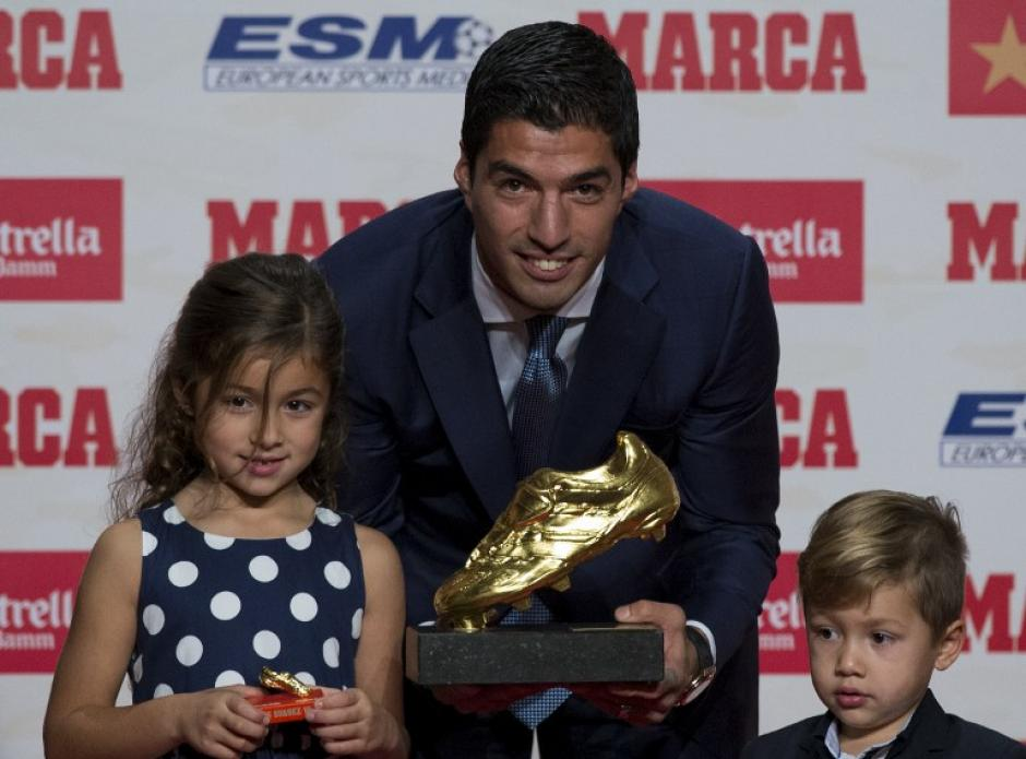 Luis Suárez, con Delfina y Benjamín. (Foto: AFP)