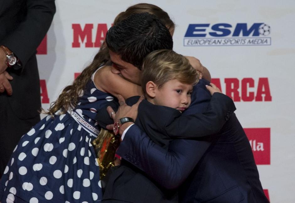 """""""Lucho"""" abraza a sus pequeños hijos. (Foto: AFP)"""