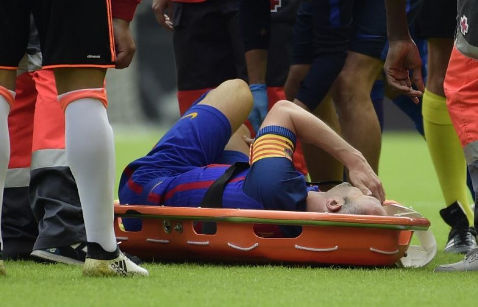Andrés Iniesta salió por lesión en el minuto 14 del partido. (Foto: AFP)