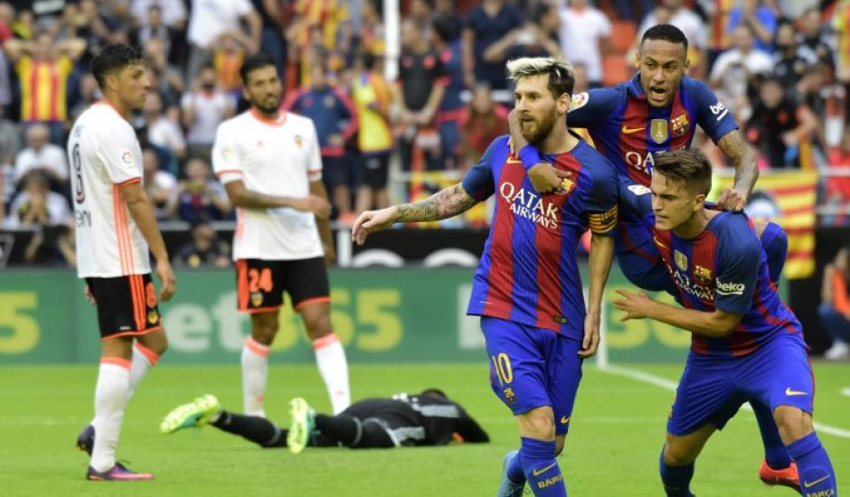Denis Suárez y Lucas Digne trataron de calmar a Messi. (Foto: AFP)
