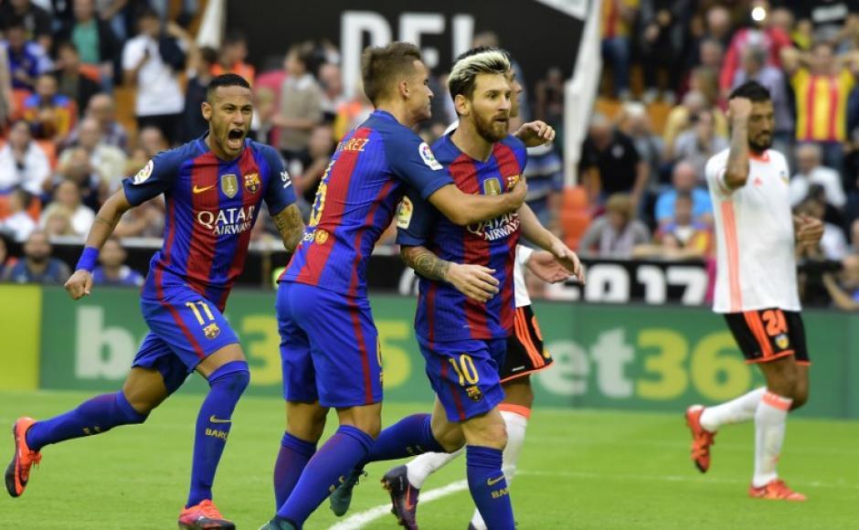 Messi celebra el penal de último minuto en Valencia. (Foto: AFP)
