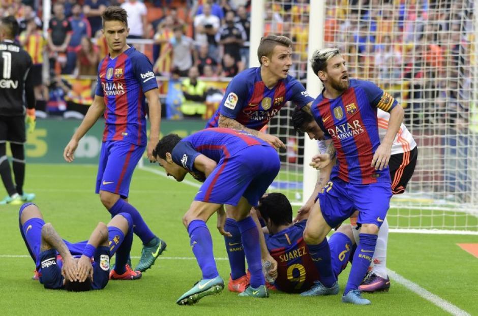 Neymar y Suárez en el suelo después del incidente. (Foto: AFP)