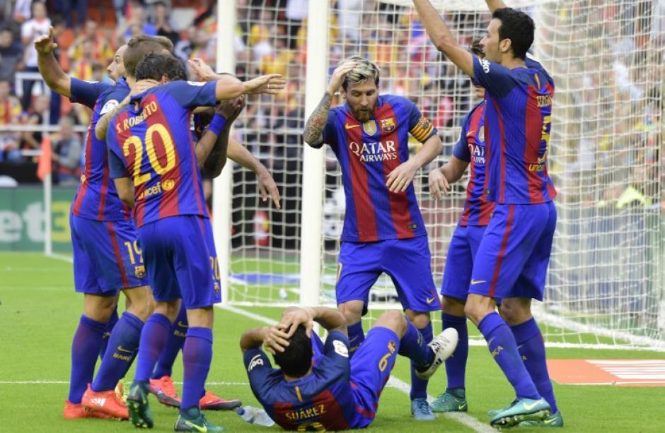 Neymar y Suárez sufrieron el impacto de un botellazo. (Foto: AFP)