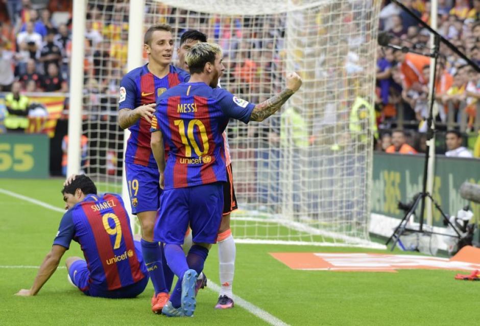 Messi encaró a la afición de Valencia tras botellazo a Neymar. (Foto: AFP)