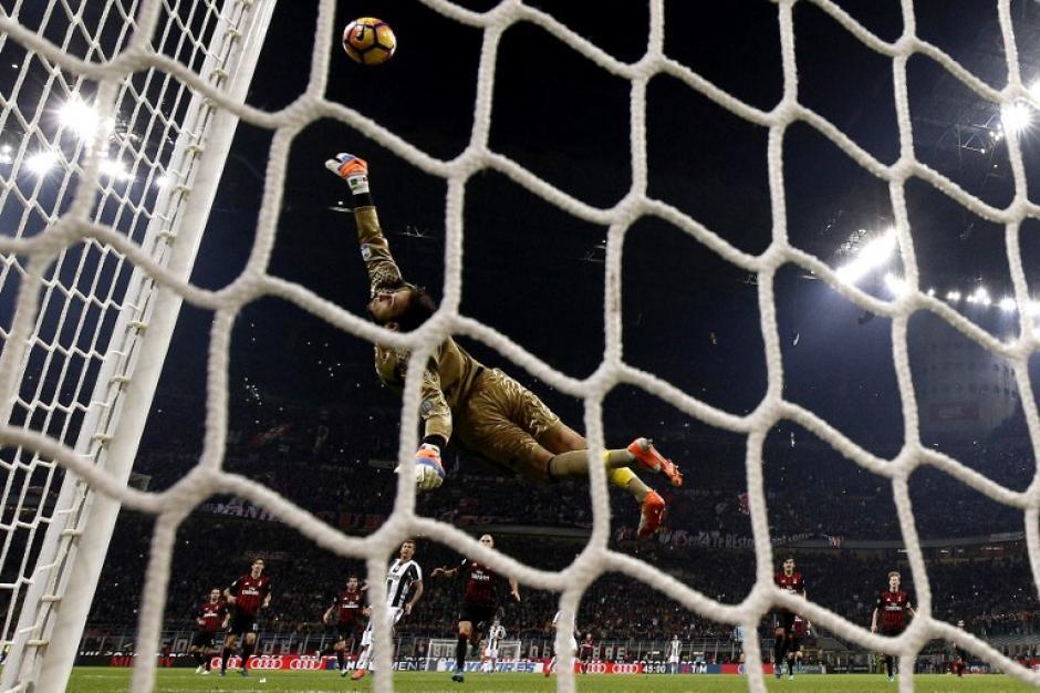 El portero de Milán, Donnarumma, fue la gran figura del clásico italiano. (Foto: AFP)
