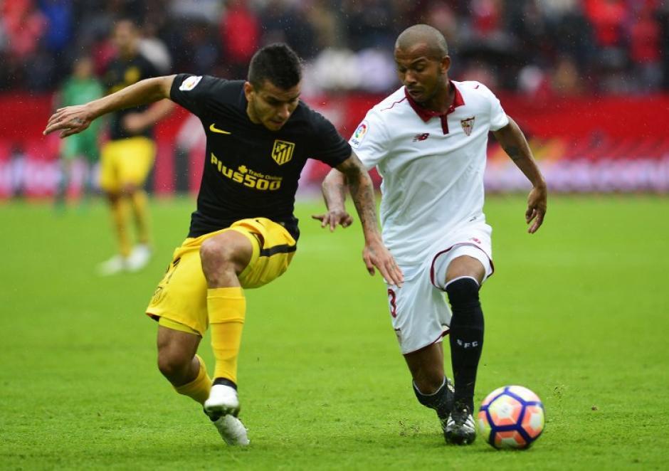 Ángel Correa de Atlético de Madrid disputa el balón a Mariano de Sevilla. (Foto: AFP)