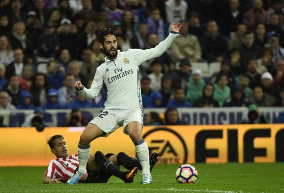 Isco le gana la posesión de la pelota al defensor Aymeric Laporte del Bilbao. (Foto: AFP)
