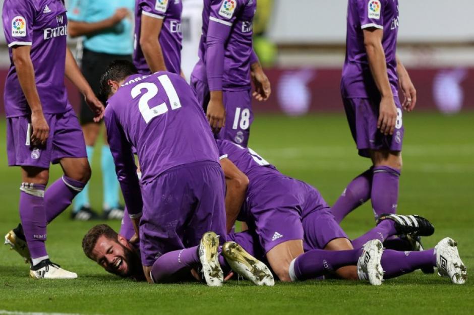 Los jugadores felicitan a Nacho por su golazo. (Foto: AFP)