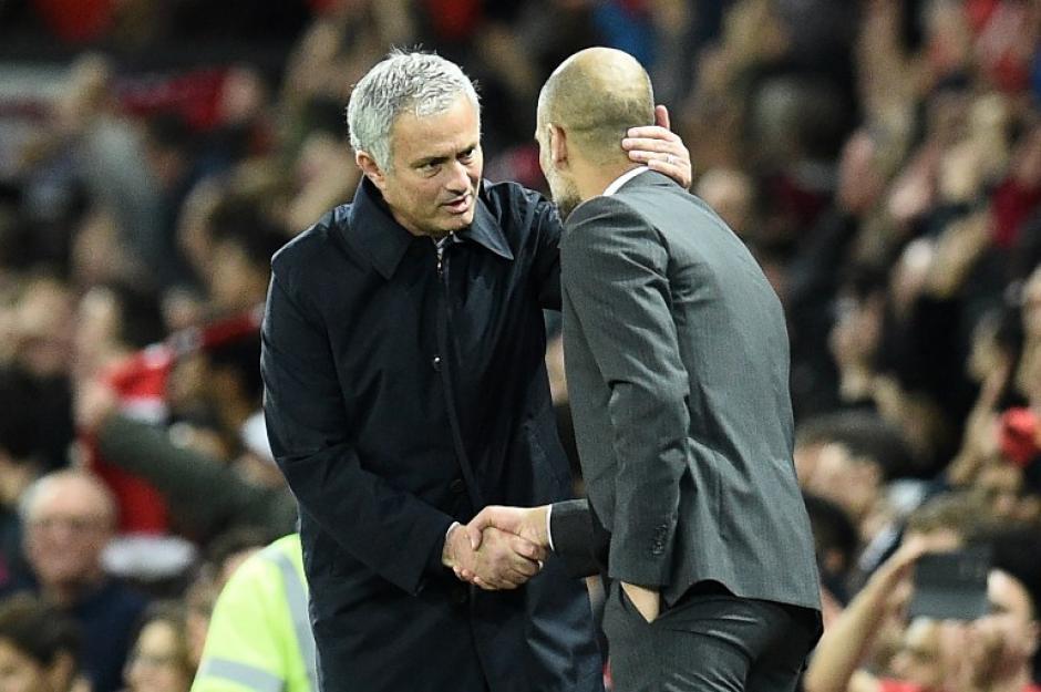 Mourinho y Pep, en otro amistoso saludo entre ellos. (Foto: AFP)