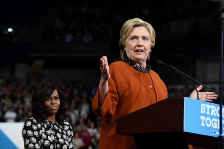 Hillary Clinton contó con el acompañamiento de Michelle Obama durante una actividad política. (Foto: AFP)