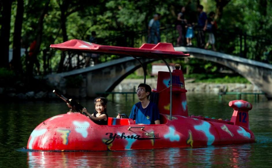 Padre e hija pasean en un bote con forma de avión durante la reapertura del parque Luxun en Shangai, China. El parque tiene 118 años de existir, antes conocido como Hongkou Park. (Foto: Johannes Eisele/AFP)
