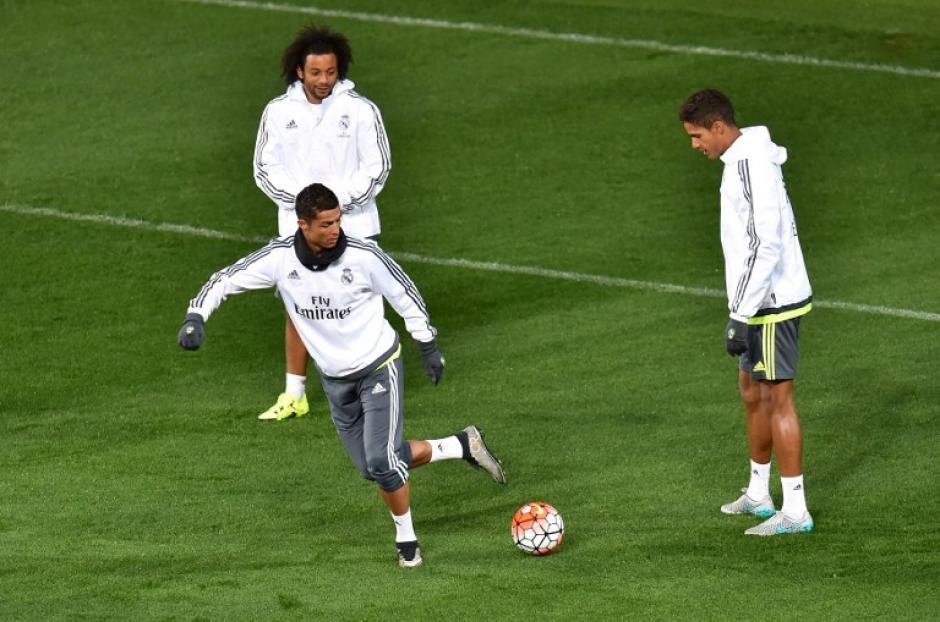 Cristiano Ronaldo, Marcelo y Varane captados durante un entrenamiento de pretemporada. (Foto: AFP)