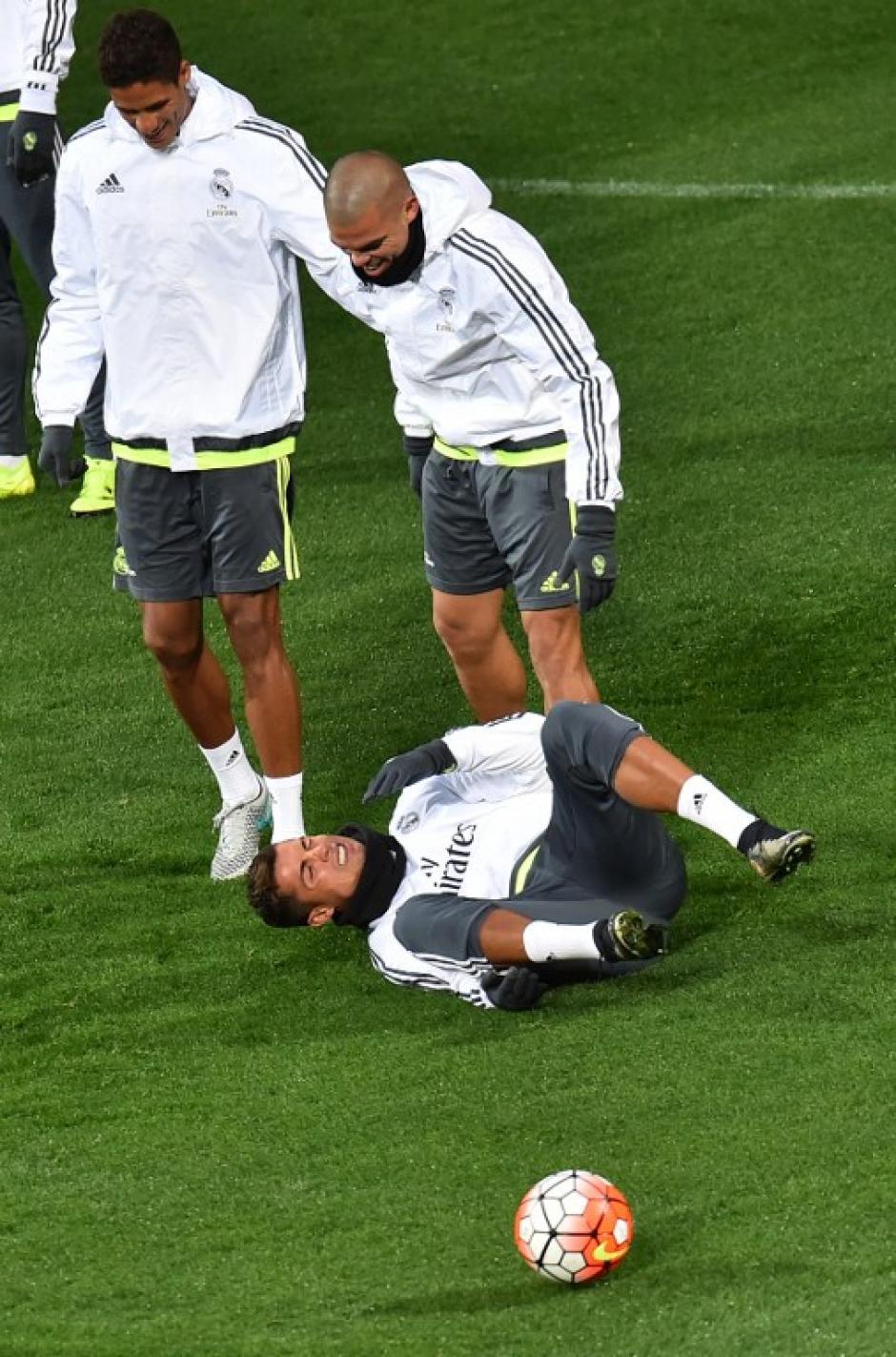 Pepe se disculpa con Cristiano Ronaldo tras una dura falta. (Foto: AFP)