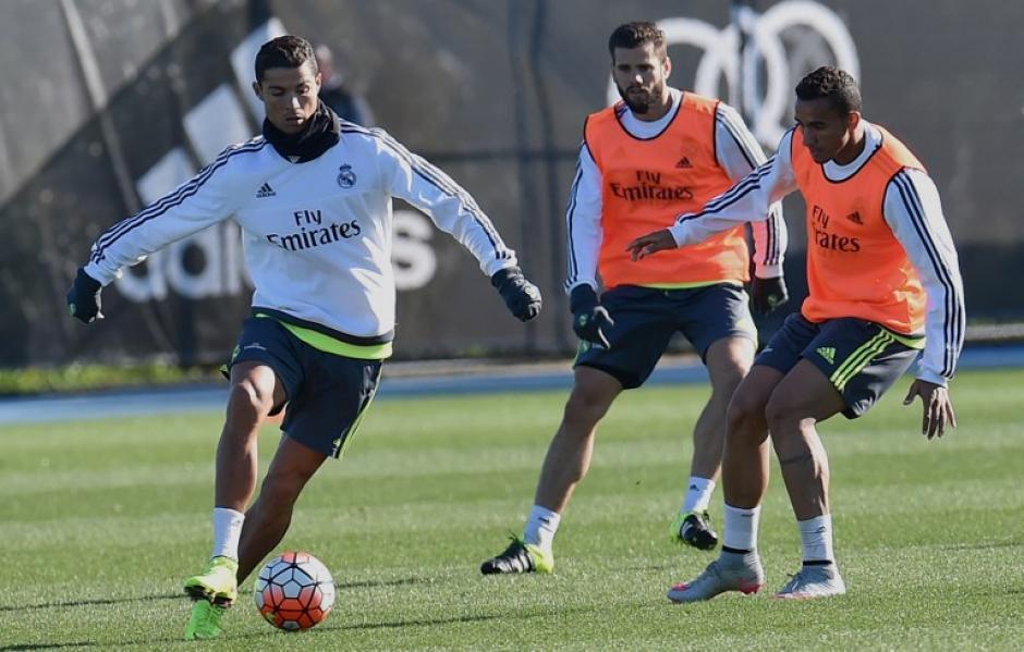 Cristiano Ronaldo conduce el balón durante el entrenamiento. (Foto: EFE)
