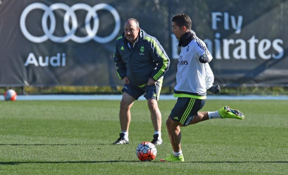 Cristiano Ronaldo patea el balón durante el entrenamiento del Real Madrid, ante la mirada de Rafa Benítez. (Foto: EFE)