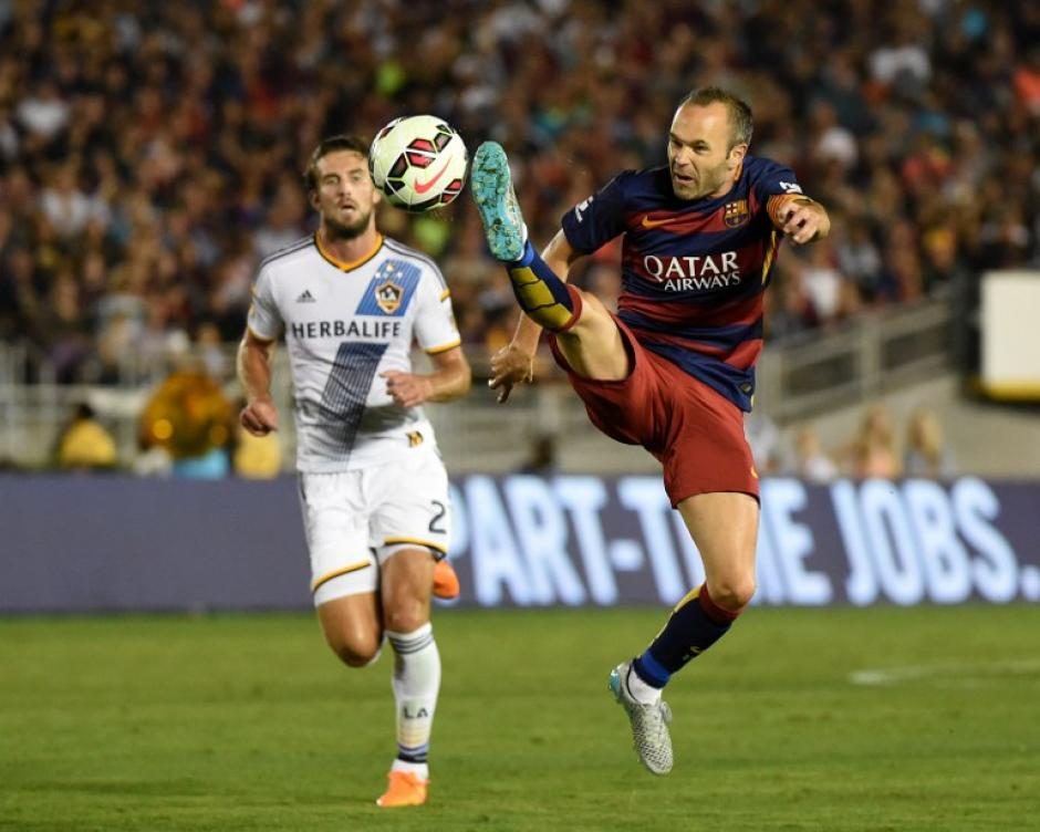 Iniesta captado en una jugada del duelo entre el Barcelona y el Galaxy. (Foto: AFP)