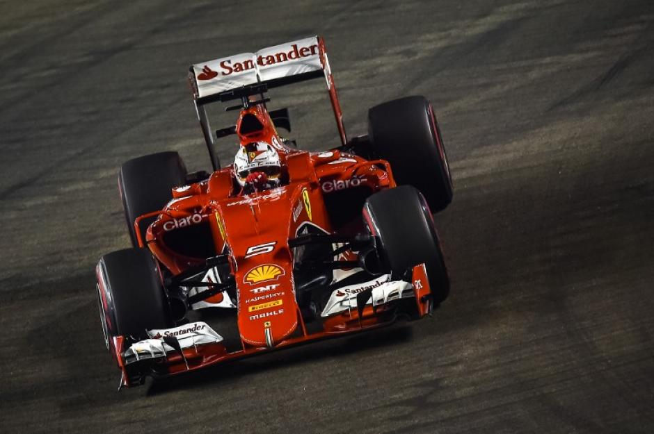 El Fórmula Uno de Sebastian Vettel sobre la pista de Singapur