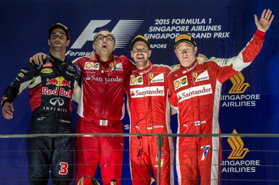 Vettel y su equipo junto a Kimi Raikkonen, quien fue tercero en Singapur