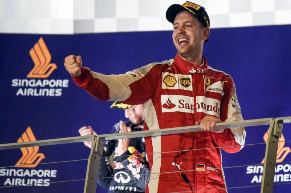 Vettel celebra tras conorarse campeón del Gran Premio de Singapur