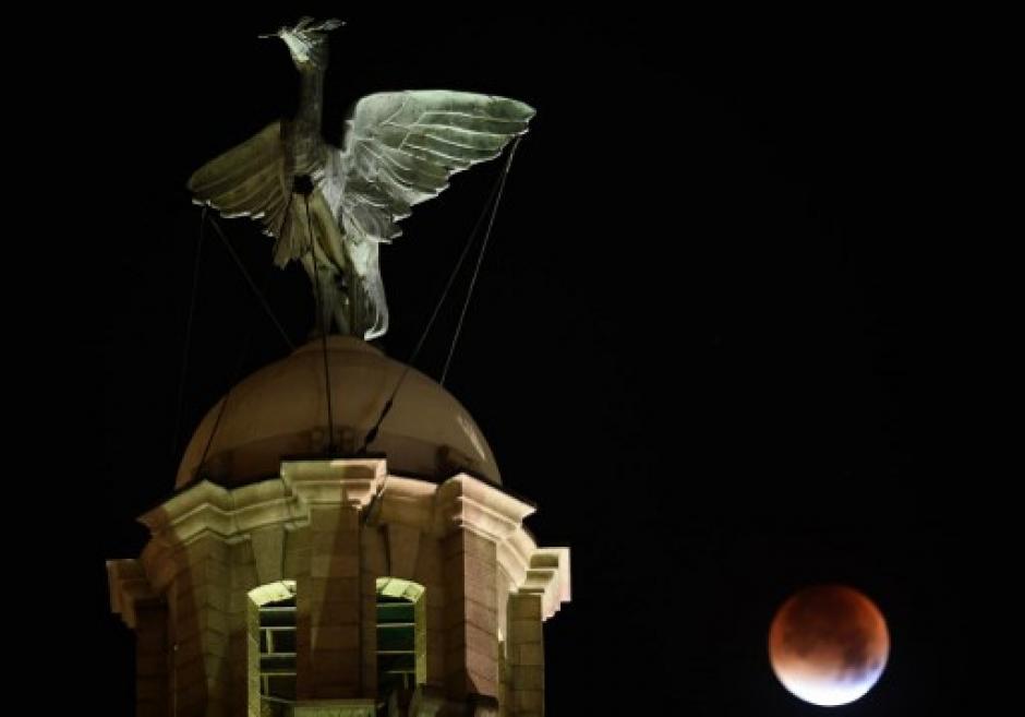 La Superluna aparece sobre el Edificio Liver de Liverpool. (Foto: Paul Ellis/AFP)
