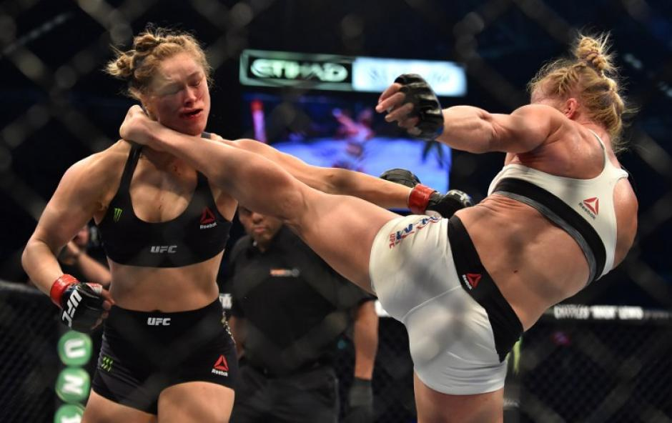 Holly Holm se consagra como la nueva reina de la UFC al derrotar a Ronda Rousey en el segundo round. (Foto: AFP)
