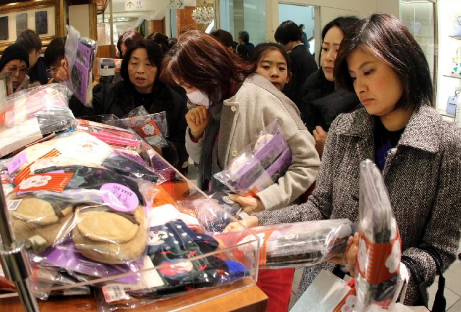 Los japoneses salen a las calles para conseguir una bolsa de la suerte, una tradición de Año Nuevo en el país asiático. (Foto: AFP/YOSHIKAZU TSUNO)