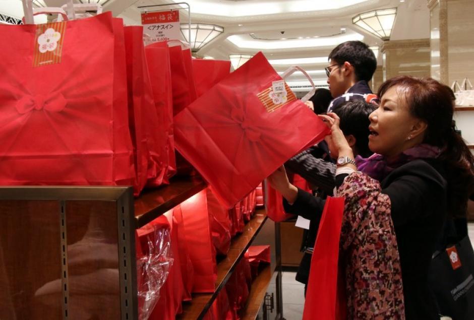 La idea básica consiste en que cada tienda llena una bolsa con artículos variados y las vende con un descuento importante, puede ser del 50%, para atraer a compradores. (Foto: AFP/YOSHIKAZU TSUNO)