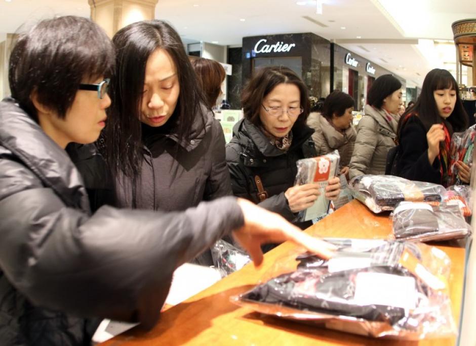 La emoción de no saber qué hay dentro y pensar que quizá se lleven una ganga conisgue enganchar a compradores. (Foto: AFP/YOSHIKAZU TSUNO)