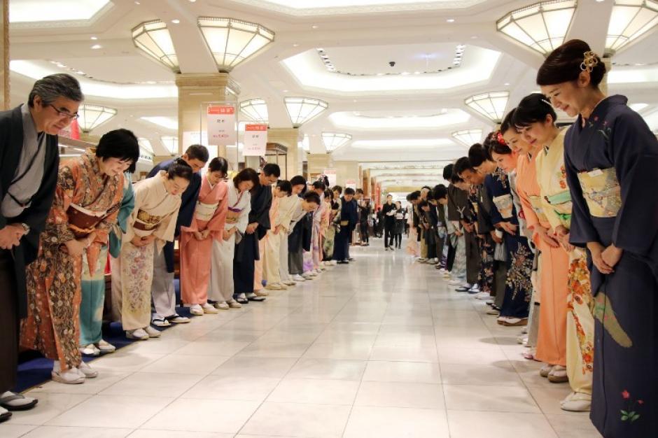 Los comercios abren sus puertas y ponen a disposición de los compradores ofertas que muchos salen a buscar. (Foto: AFP/ YOSHIKAZU TSUNO)