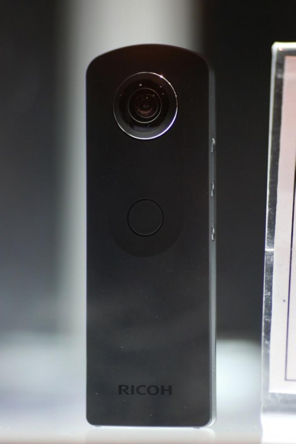 La Ricoh Theta S una cámara para capturar escenas de 360 grados, de se muestra en un escaparate en el CES como ganadora del premio de innovación. (Foto: AFP)
