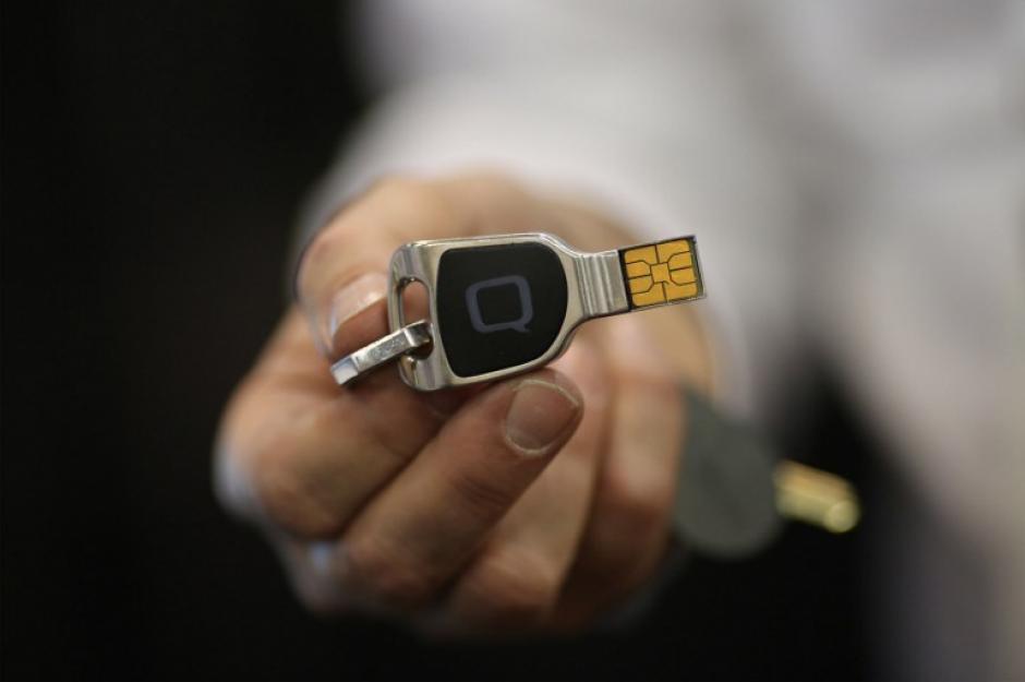Una QKey, un dispositivo de seguridad extraíble para la información personal que se utilizará en las compras en línea, una de las novedades de la feria. (Foto: AFP/DAVID McNew)