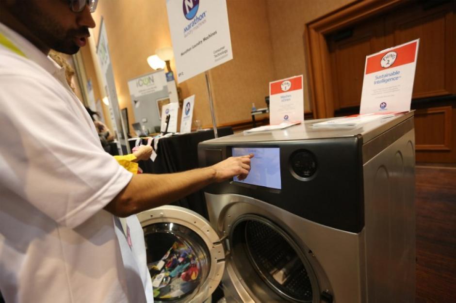 Una lavadora automática llamada Marathon con conectividad a internet fue de los productos novedosos de la feria. (Foto: AFP/David Mcnew)