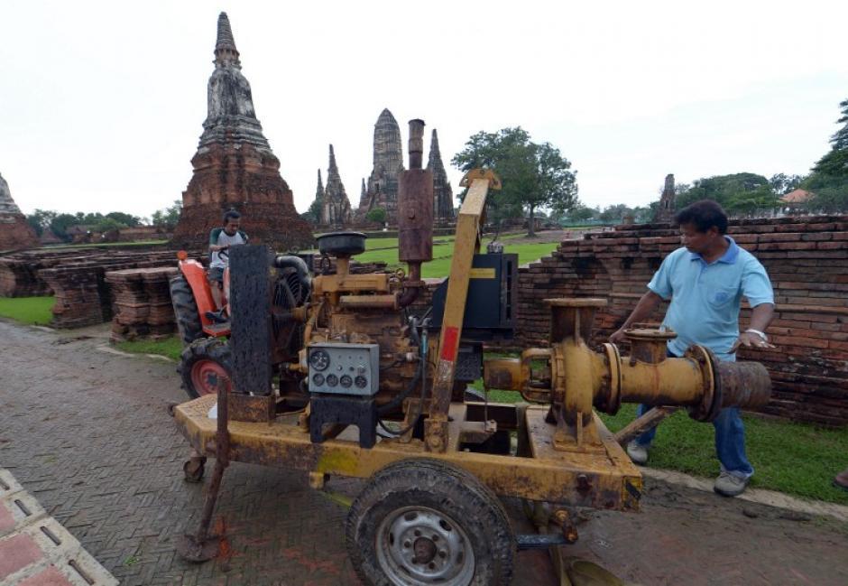 Trabajadores tailandeses preparan una bomba de agua antes de las inundaciones que se esperan en un antiguo templo en la provincia de Ayutthaya, al norte de Bangkok.