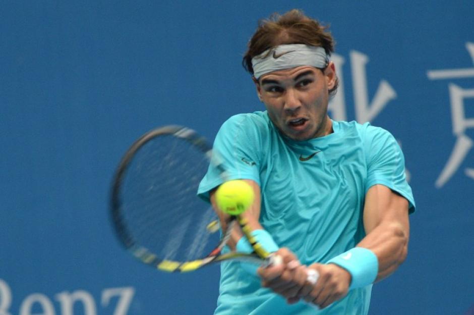 Rafael Nadal no pudo en la final del torneo de tenis de Pekín frente a Novak Djokovic. (AFP)