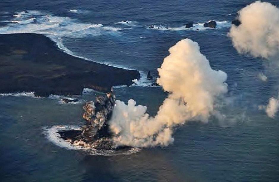 El Servicio japonés de Guardacostas sobrevoló el islote y divisó un tercer cráter, del cual continúa emergiendo magma volcánico. (Foto: AFP)