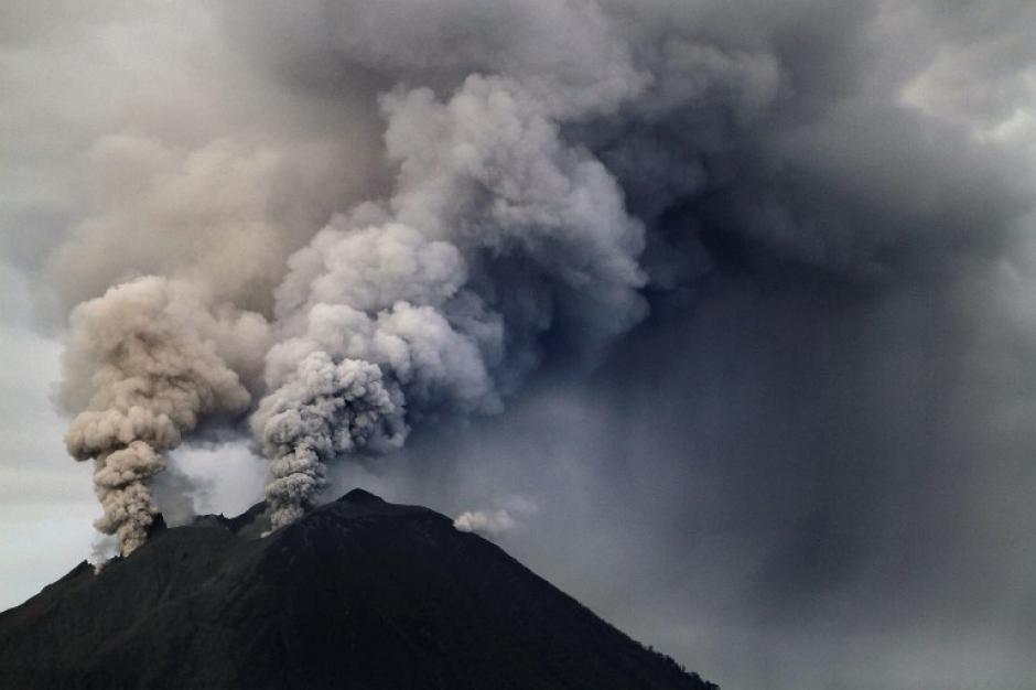 """El Monte Sinabung arroja ceniza volcánica al aire, en Sumatra del Norte Indonesia, en la foto del 4 de diciembre. Indonesia cuenta con decenas de volcanes activos y pasan grandes fallas tectónicas conocida como el """"anillo de fuego"""" entre los océanos Pacífico e Índico. (Ade Sinuhaji/AFP)"""