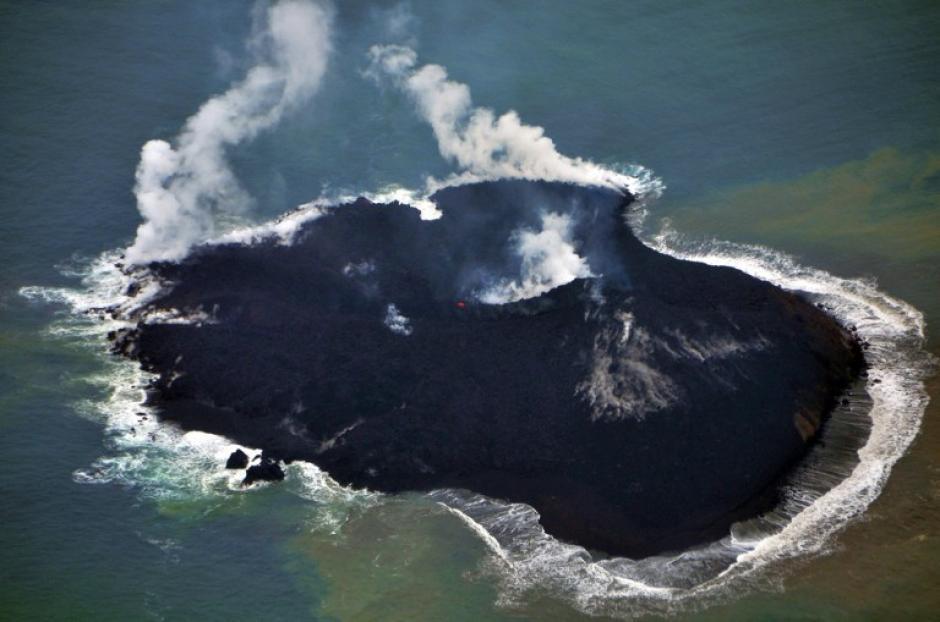 El recién formado archipiélago mide ahora 250 metros de ancho y 200 de largo y está situado al sureste de la deshabitada isla volcánica de Nishinoshima, muy alejado de la principal isla de Japón. (Foto: AFP)