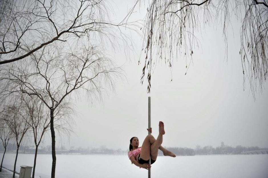 Con este acto sobre la nieve esperan promocionar la disclina de baile de tubo en China. (AFP)
