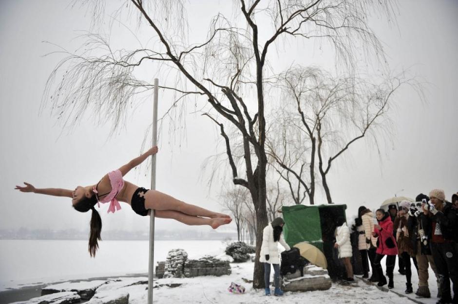 Una bailarina de tubo china es captada tras un nevada en Tianjin, China. (AFP)